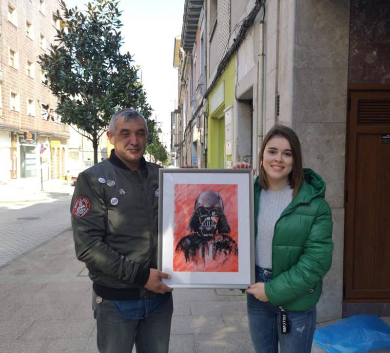 Sara Iglesias y un componente de Legión 501 con el cuadro
